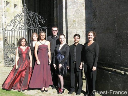 La formation Symphonie de Breizh : Claude Nadeau (au centre), orgue et direction artistique ; Bleunven Merel (soprano), Justine Curatolo (mezzo), Pascal Jolivet (violon), Anne Magaud (violon), Bertrand Le Conniat (alto), Virginie Bedrine (violoncelle)